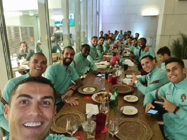 Atleta da Juventus postou uma foto onde estava reunido com todo o elenco para jantar na última segunda-feira, 12 - Foto: Reprodução / Instagram