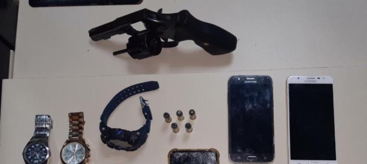 Arma foi encontrada com trio na noite desta quinta | Foto: Divulgação | SSP - Foto: Divulgação | SSP