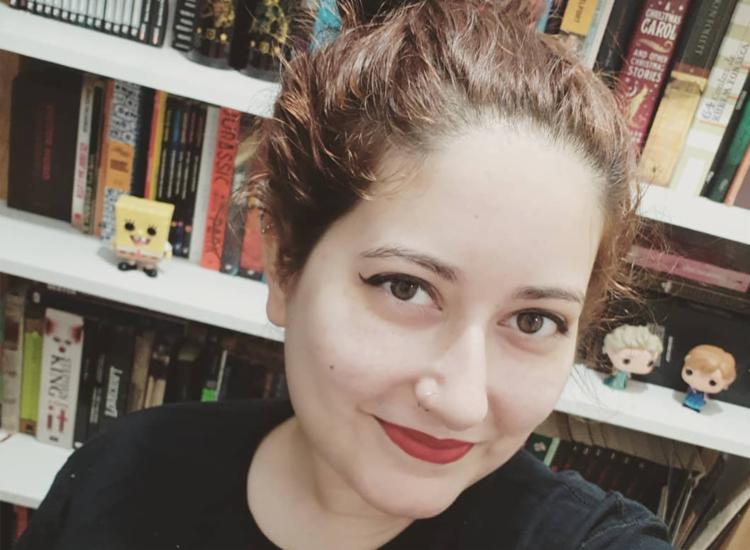 Leitora desde os 4 anos, Ana Luiza optou por cursar letras por conta da paixão com os livros | Foto: Arquivo Pessoal