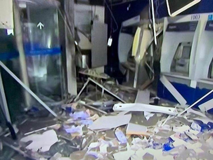 Ação criminosa foi realizada na madrugada desta terça-feira, 20; agência da Caixa está localizada na rua Mello Moraes Filho   Foto: Reprodução   TV Bahia - Foto: Reprodução   TV Bahia