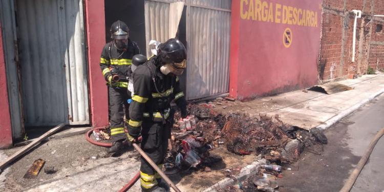 Bombeiros atuaram na contenção das chamas | Foto: Divulgação | CBM-BA - Foto: Divulgação | CBM-BA