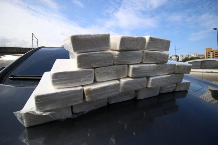 Os policiais militares e civis encontraram pouco mais de 20 kg de cocaína pura   Foto: Divulgação   Alberto Maraux - Foto: Foto: Divulgação   Alberto Maraux