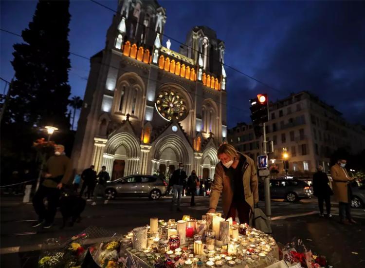 Em frente à basílica, homenagens aos mortos durante o mais recente ataque registrado na França - Foto: Valery Hache | AFP