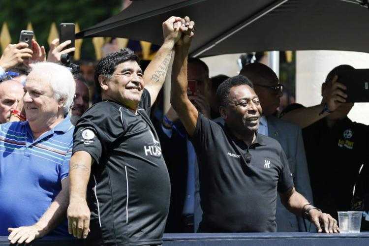 Maradona e Pelé selaram a paz entre eles em 2016, durante evento em Paris de uma marca de relógios | Foto: Patrick Kovarik | AFP - Foto: Patrick Kovarik | AFP