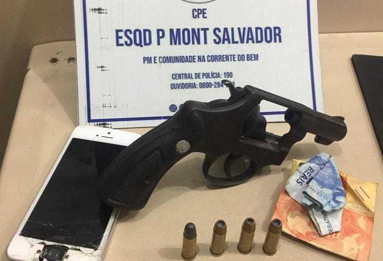 Durante revistas, os PMs localizaram um revólver calibre 32, munições e um celular com dois homens | Foto: Divulgação | SSP-BA - Foto: Divulgação | SSP-BA