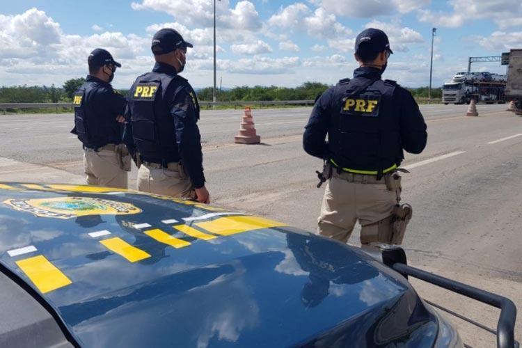 O veículo foi flagrado KM 62 da BR 101, trecho do município baiano de Alagoinhas - Foto: PRF_Divulgação