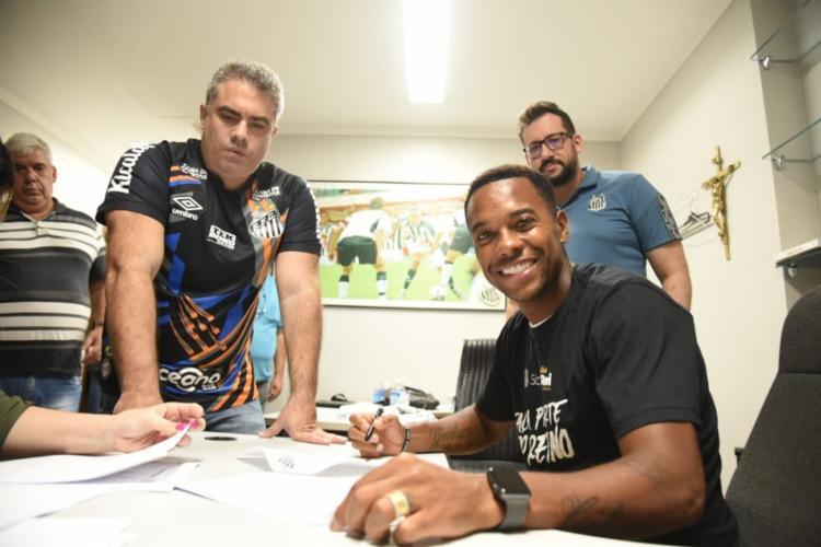 Robinho assinando contrato em seu retorno ao Santos   Foto: Divulgação   Santos FC - Foto: Divulgação   Santos FC