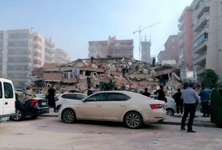Terremoto colapsou edifício na cidade de Izmir, na Turquia | Foto: DHA via AP - Foto: Foto: DHA via AP