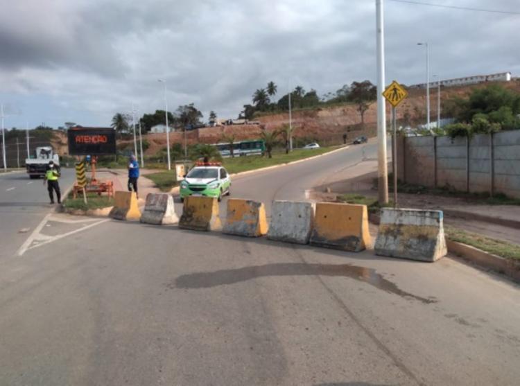 Via foi bloqueada na manhã desta segunda   Foto: Divulgação   Transalvador - Foto: Divulgação   Transalvador