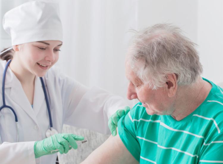 A partir dos 60 anos, há uma redução dos anticorpos adquiridos ao longo da vida   Foto - Foto: Reprodução   Freepik