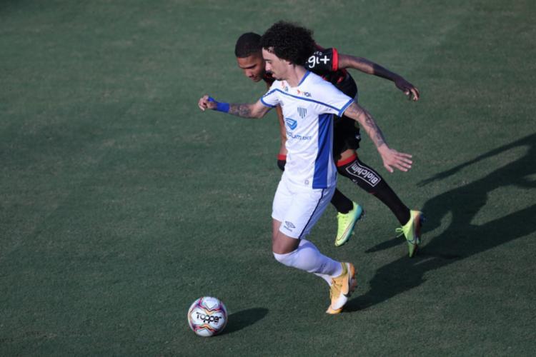 Meia Valdívia foi o autor dos dois gols que deram o triunfo para a equipe catarinense - Foto: Adilton Venegeroles / Ag. A Tarde