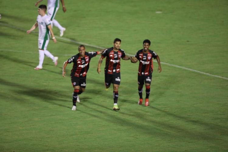 Léo Ceará (C) fez o gol do Rubro-Negro | Foto: Adilton Venegeroles | Ag. A TARDE - Foto: Adilton Venegeroles | Ag. A TARDE
