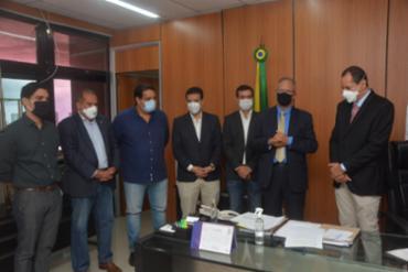 Em cerimônia reduzida, o presidente da Alba, deputado Nelson Leal (PP) concedeu a posse aos dois deputados. - Foto: Divulgação