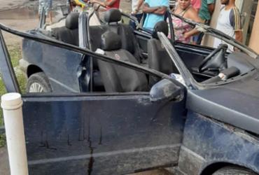 Motorista em fuga passa por baixo de três carretas e bate carro no SAMU em Itabatã