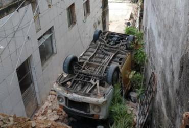Motorista fica ferido após Kombi cair de ribanceira em Brotas | Reprodução | Redes Sociais