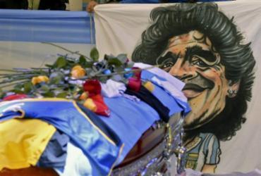 Argentinos se despedem do ídolo Maradona em velório na sede do governo |