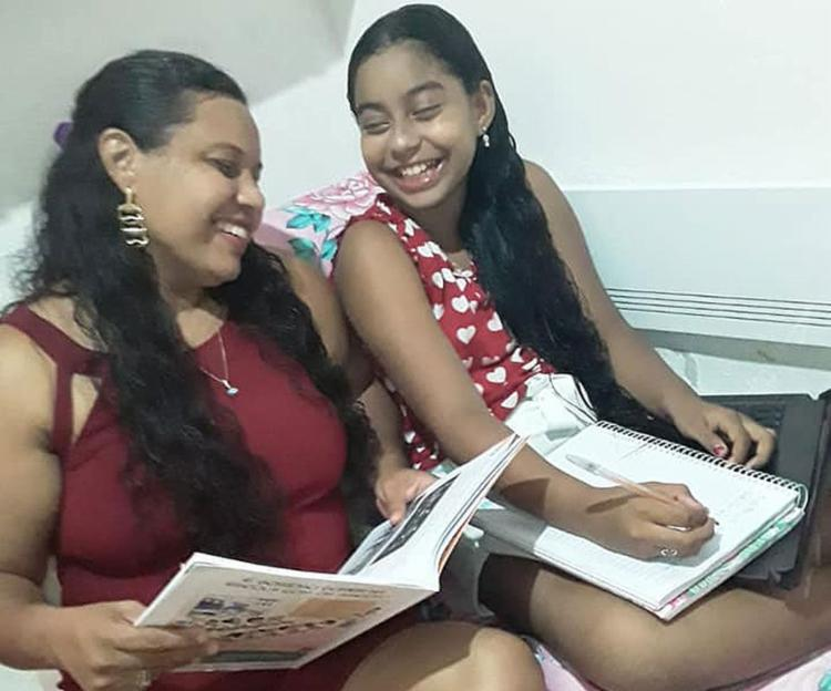 Juscilene ajuda a filha Laura no estudo online | Foto: Arquivo pessoal