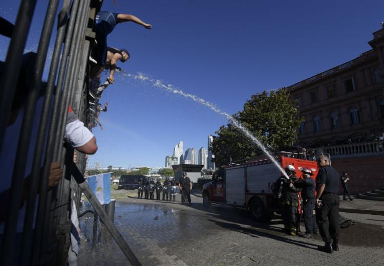 O velório público terminou uma hora e meia antes do previsto, diante de uma série de incidentes nas ruas e o caos provocado por torcedores || AFP
