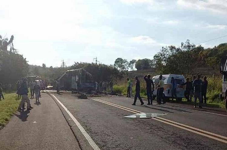 Colisão aconteceu entre um ônibus e um caminhão na última quarta-feira   Foto: Reprodução   Facebook - Foto: Reprodução   Facebook