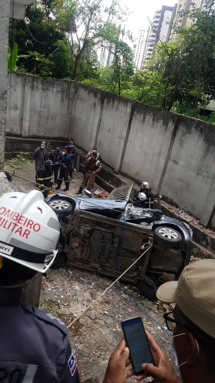 Carro caiu de uma altura de 5 metros | Foto: Divulgação | CBM-BA - Foto: Divulgação | CBM-BA