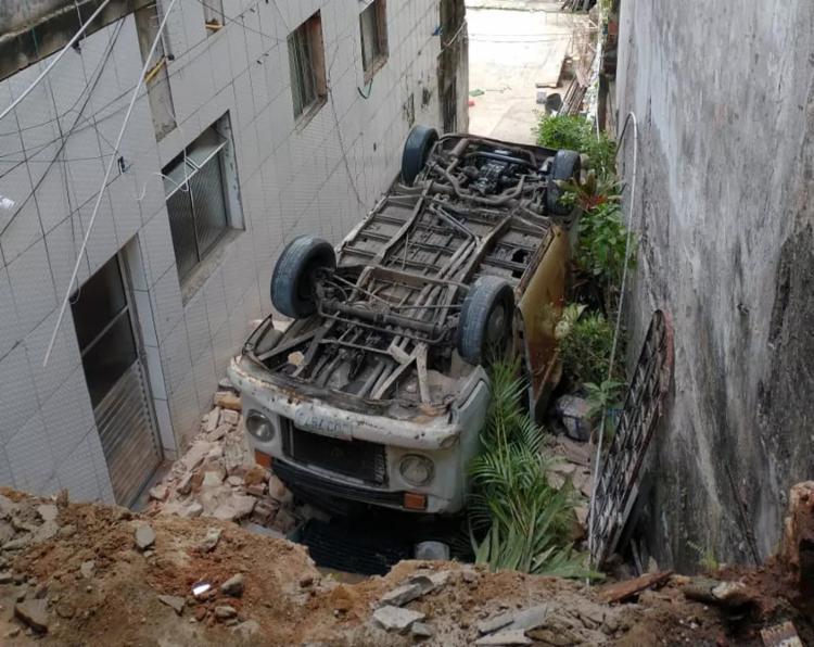 Kombi acabou caindo em uma ribanceira após motorista perder controle   Foto: Reprodução   Redes Sociais - Foto: Reprodução   Redes Sociais