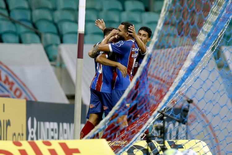 O zagueiro Juninho é abraçado pelos companheiros ao marcar o primeiro gol do Tricolor | Foto: Felipe Oliveira | EC Bahia - Foto: Felipe Oliveira | EC Bahia