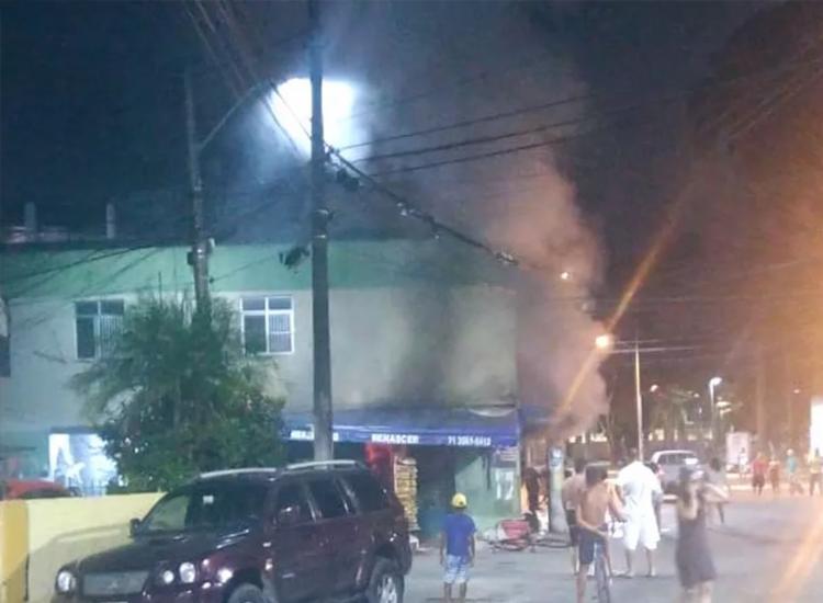 Incêndio começou por volta das 22h30   Foto: Divulgação   CBMBA - Foto: Divulgação   CBMBA