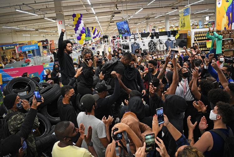 Protestos contra o assassinato de homem negro em Porto Alegre se espalham | Foto: Carl de Souza | AFP - Foto: Carl de Souza | AFP