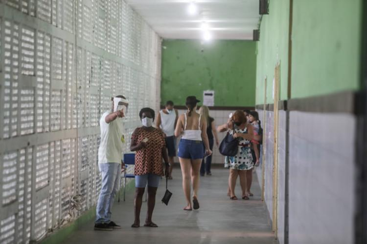 Movimentação no colégio Manuel Devoto, no bairro de Amaralina, em Salvador | Foto: Felipe Iruatã | Ag. A TARDE - Foto: Felipe Iruatã | Ag. A TARDE