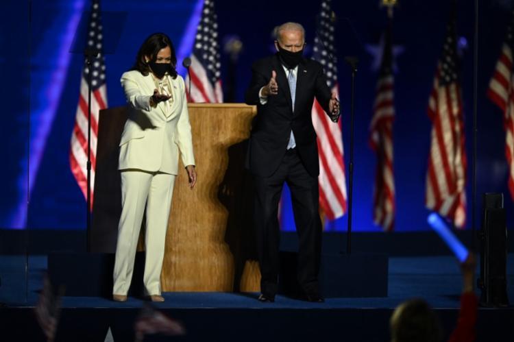 O presidente eleito dos Estados Unidos, Joe Biden e a vice, Kamala Harris, no discurso da vitória - Foto: Jim WATSON / AFP
