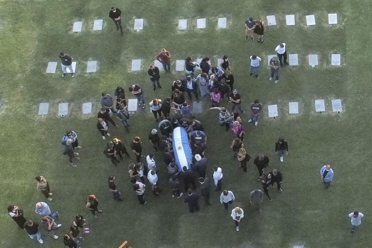 O caixão chegou ao cemitério particular