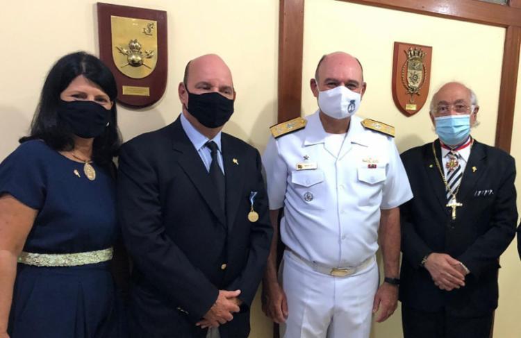 Na foto - o Vice Almirante Silva Lima (dir), comandante do 2° Distrito Naval com o homenageado Luciano Neves e sua esposa, Núbia Neves (esq), e Nelson José de Carvalho, diretor da ABI. - Foto: Divulgação