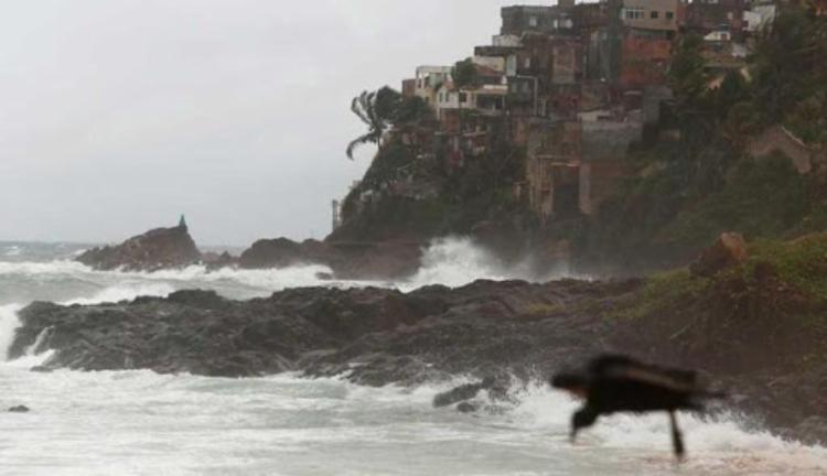 A cidade amanheceu nesse fim de feriadão sob forte chuva | Foto: Lucas Melo | Ag. A TARDE - Foto: Foto: Lucas Melo | Ag. A TARDE