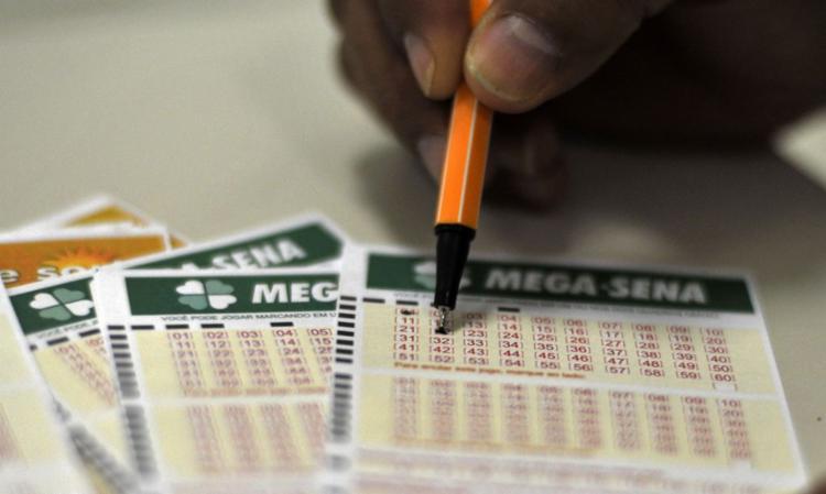 As apostas podem ser feitas até as 19h (horário de Brasília), nas casas lotéricas credenciadas pela Caixa ou pela internet - Foto: Marcello Casal Jr./Agência Brasil