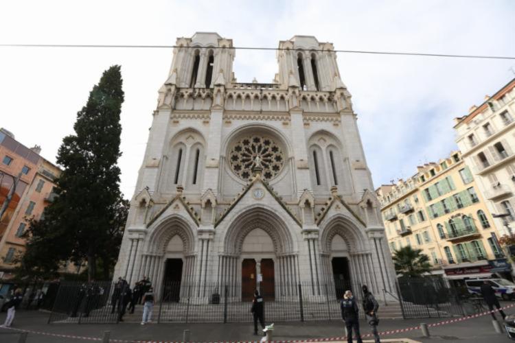 Basílica de Nice foi alvo de atentado na manhã da última quinta-feira, 29 - Foto: Twitter / Christian Ekstrosi