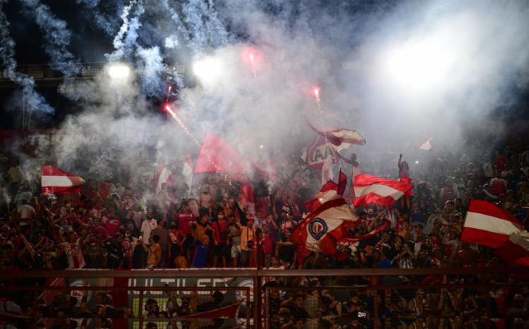 No estádio Diego Maradona, do clube Argentinos Juniors, onde o craque começou sua carreira, foram lançados fogos de artifício em sua homenagem | Fotos: Ronaldo Schemidt | AFP - Foto: Ronaldo Schemidt | AFP