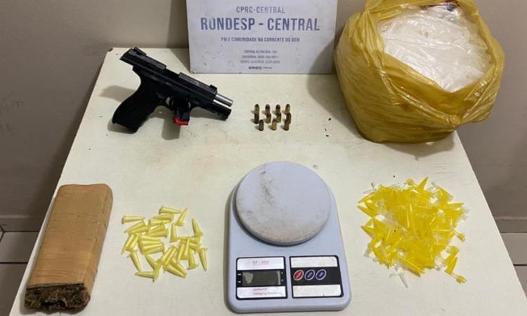 Foram apreendidos pistola, carregador, munições e entorpecentes   Foto: Divulgação   SSP - Foto: Divulgação   SSP