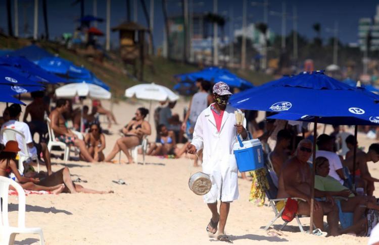 Para muitos ambulantes, a principal fonte de renda vem dos festejos na alta estação | Foto: Felipe Iruatã | Ag. A TARDE - Foto: Felipe Iruatã | Ag. A TARDE