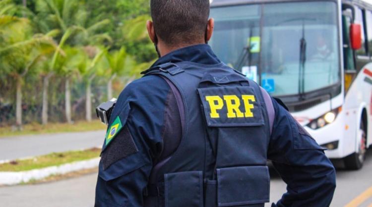 Suspeito chegou a atirar contra as equipes e arremessar objetos metálicos para tentar fugir   Foto: Divulgação   PRF-BA - Foto: Divulgação   PRF-BA