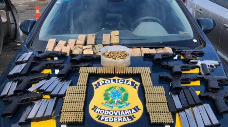 Foram encontradas 13 pistolas, 16 carregadores e 1.600 munições 9mm escondidos no painel do veículo | Foto: Divulgação | PRF - Foto: Divulgação | PRF