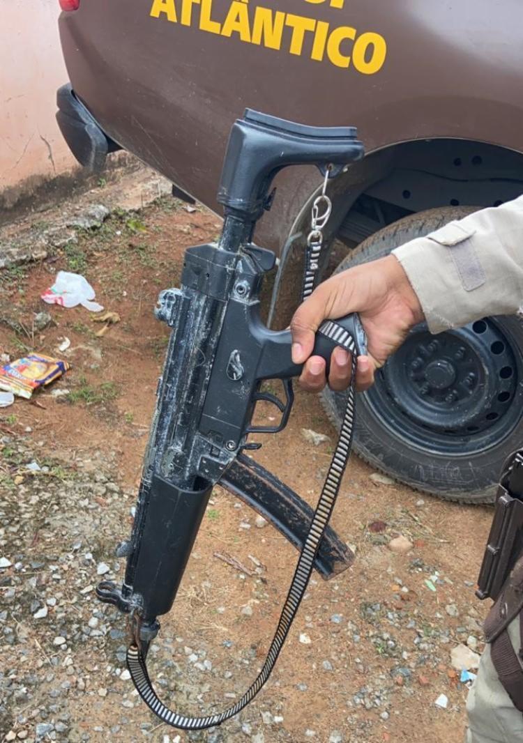 Arma falsa estava no bairro de Nova Esperança, em Salvador | Foto: Divulgação - Foto: Divulgação