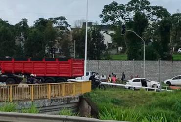 Caminhão derruba poste após colisão na avenida 29 de Março | Cidadão Repórter | via WhatsApp