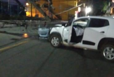 Carro derruba dois postes e trânsito é interditado em Sussuarana | Divulgação | Transalvador