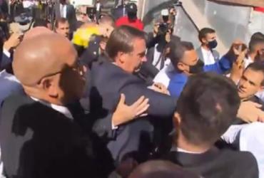Bolsonaro é recebido por apoiadores na Igreja Assembleia de Deus em Salvador