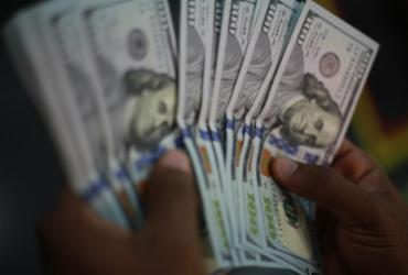 Dólar sobe para R$ 5,72 e fecha no maior valor em duas semanas |