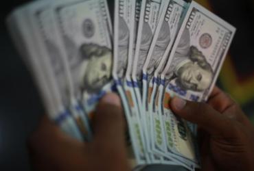 Dólar fecha abaixo de R$ 5,70 com alívio no exterior | Joá Souza | Ag. A TARDE