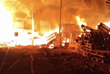 Incêndio atinge fábrica de paletes de madeira em Simões Filho