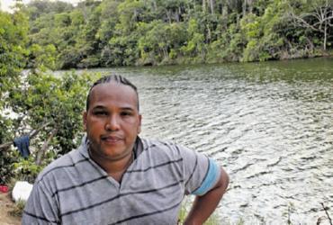 Anderson Cardim costuma nadar no rio e acredita que grande parte da sujeira não é causada pela população local | Foto: Moisés A. Neuma | Agência Mural - Moisés A. Neuma | Agência Mural