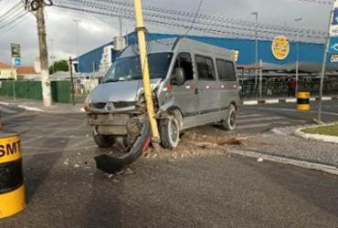 Van bate em sinaleira e danifica semáforo em Feira de Santana | Ed Santos | Acorda Cidade