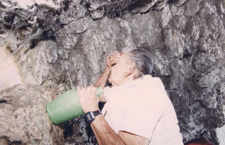 Fé move a procura pela água da fonte na igreja ||| 13.12.2000